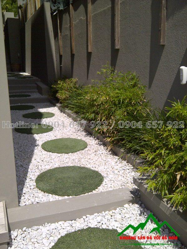đá cuội trắng trang trí rải sân vườn