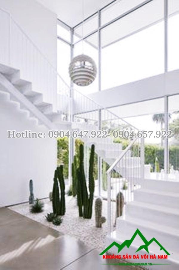 sỏi trắng trang trí góc cầu thang