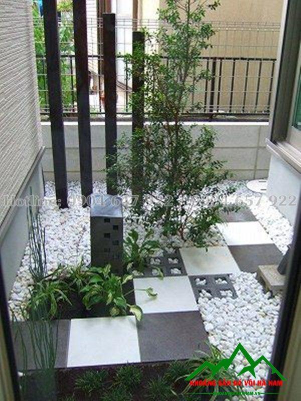 đá cuội màu trắng trang trí rải sân vườn